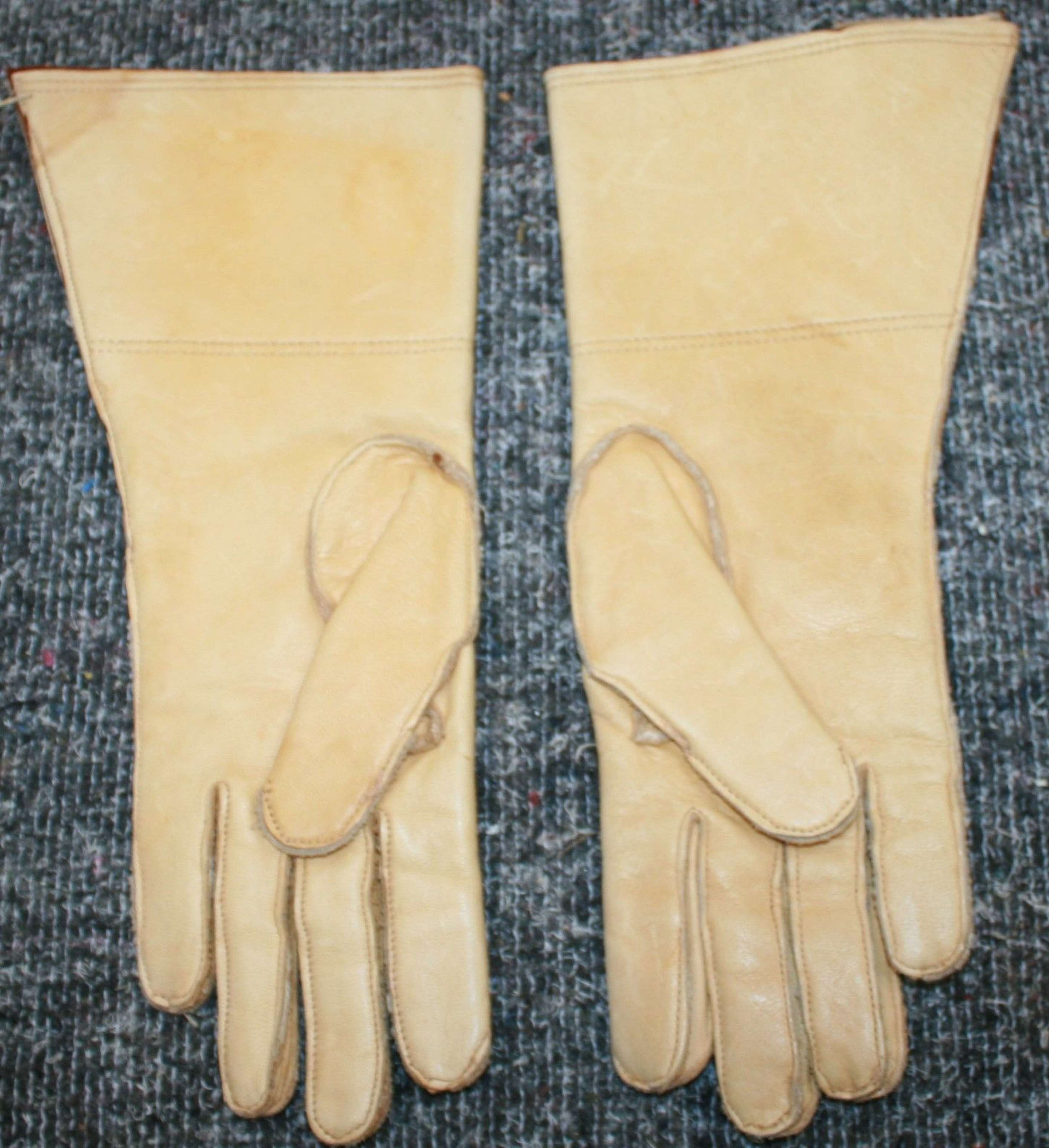 A VERY GOOD PAIR OF THE ATS DR'S GLOVES SIZE 7