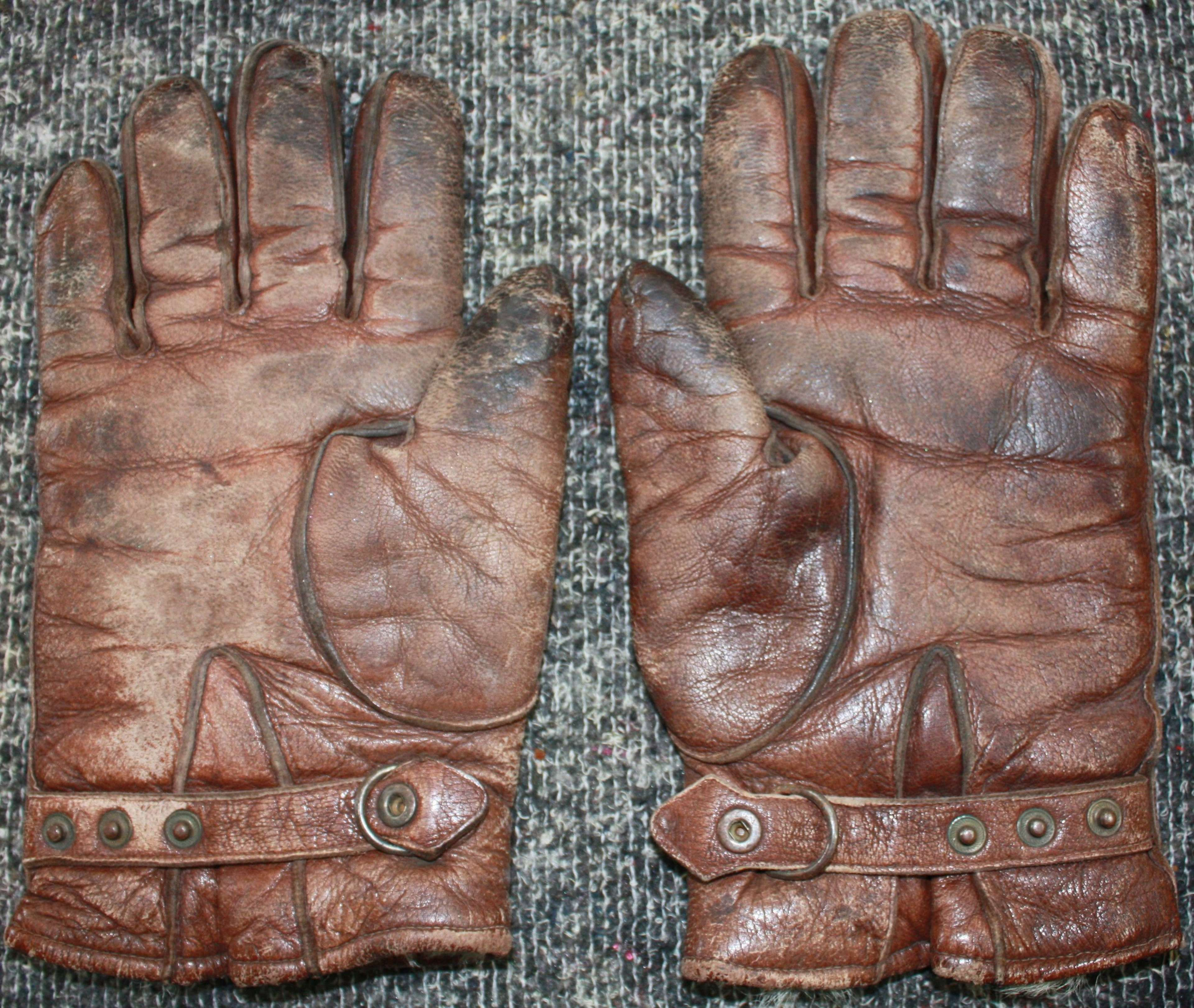 1942 DATED GERMAN PILOTS GLOVES size 9 1/2