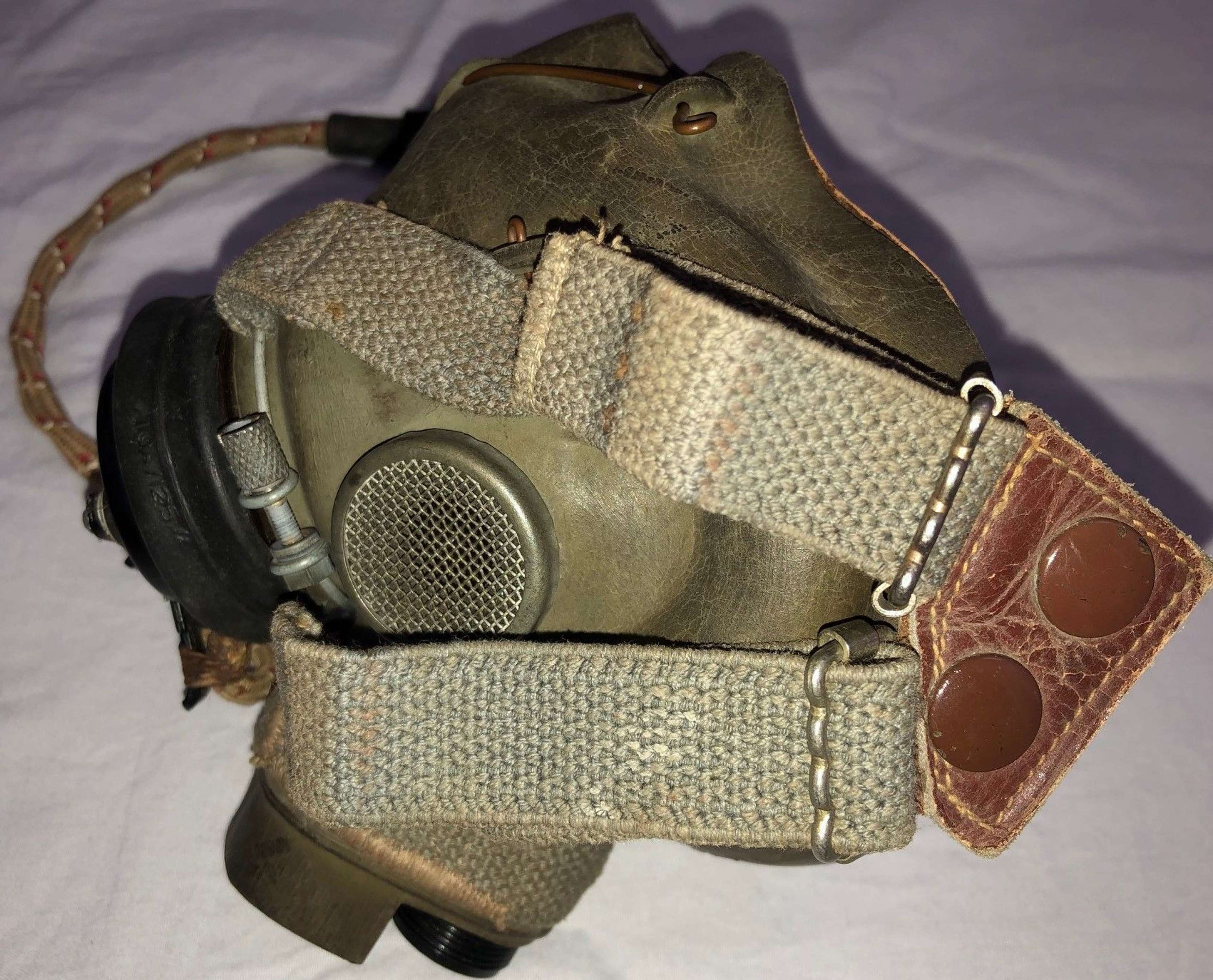 A A VERY GOOD WWII RAF PERIOD G TYPE OXYGEN MASK