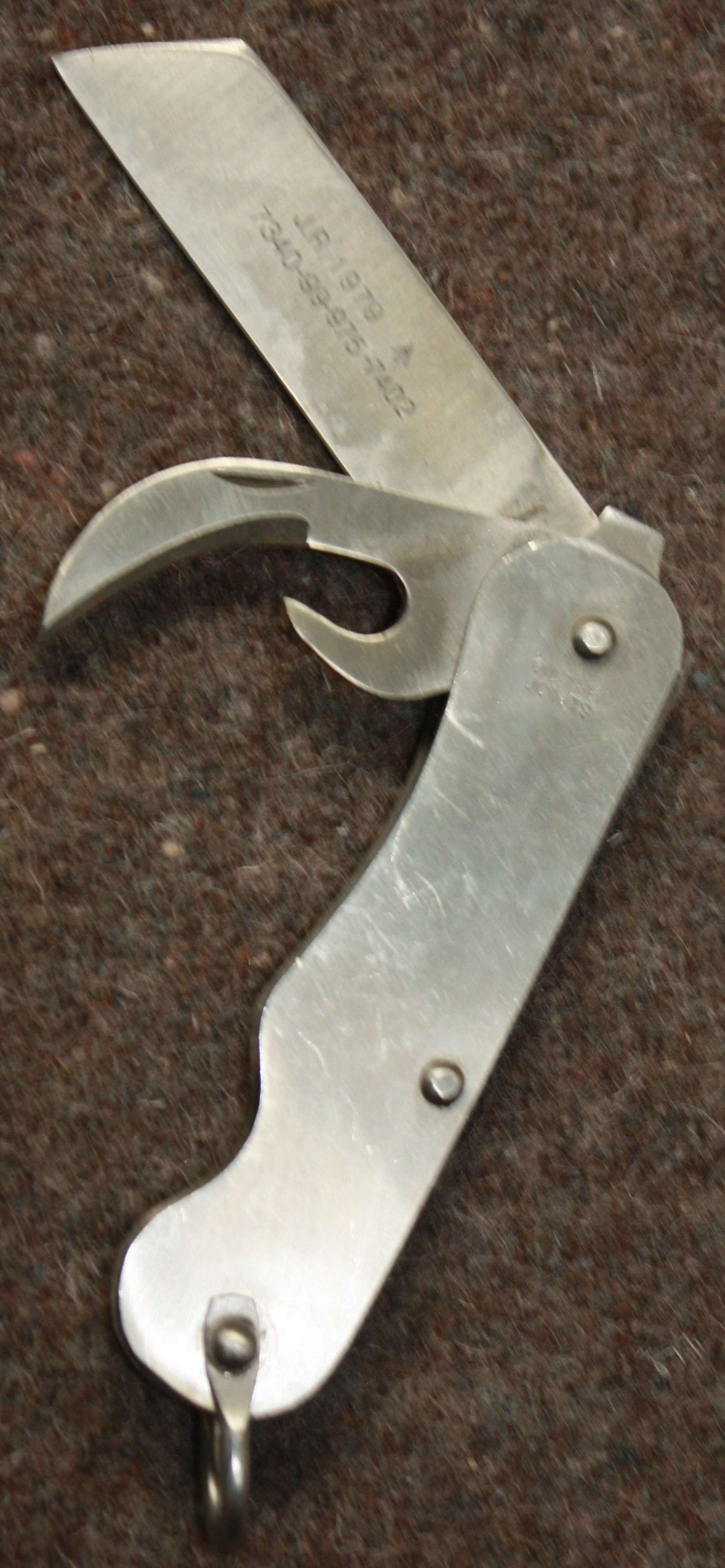 A VERY GOOD 1979 DATED BRITISH MILITARY ISSUE CLASP KNIFE