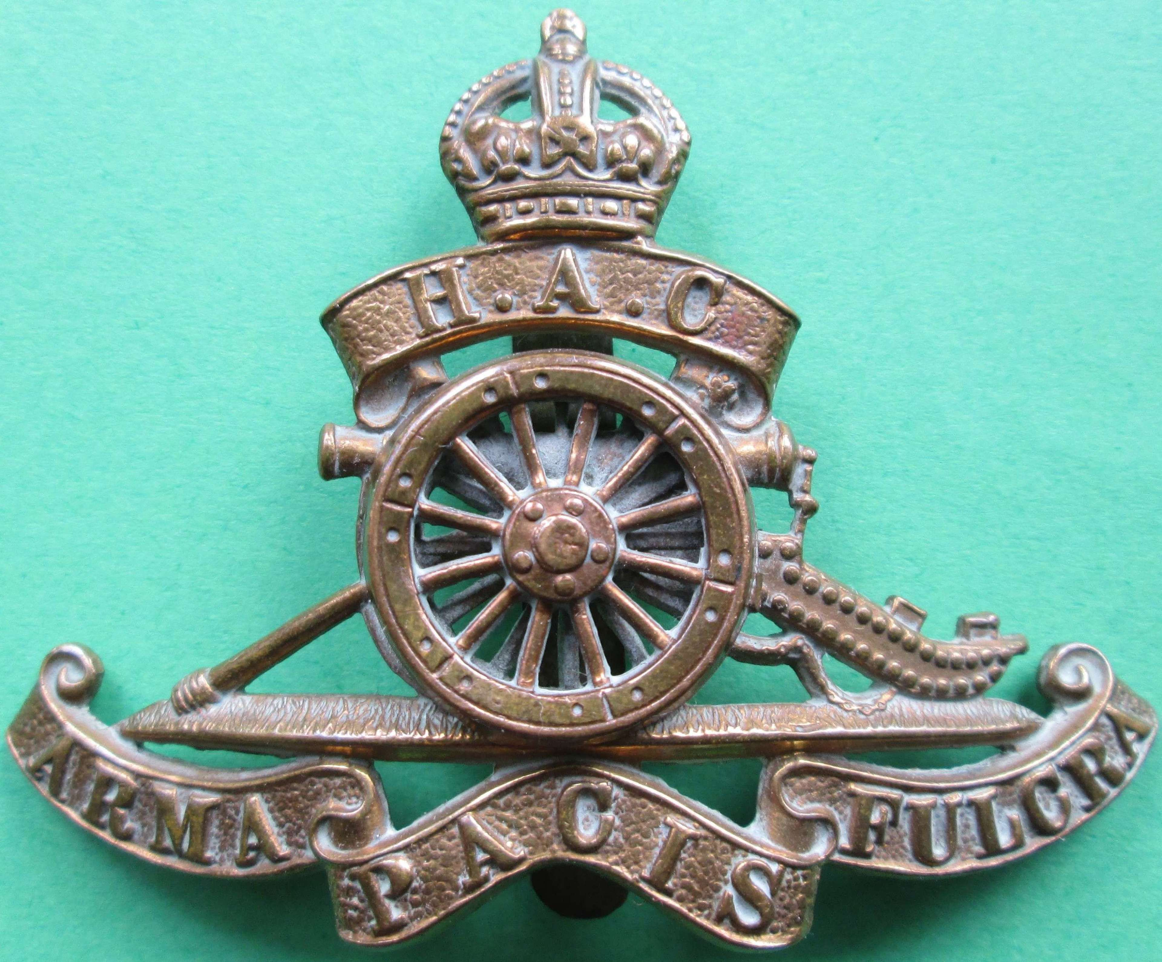 A GOOD OTHER RANKS HONOURABLE ARTILLERY COMPANY CANNON CAP BADGE
