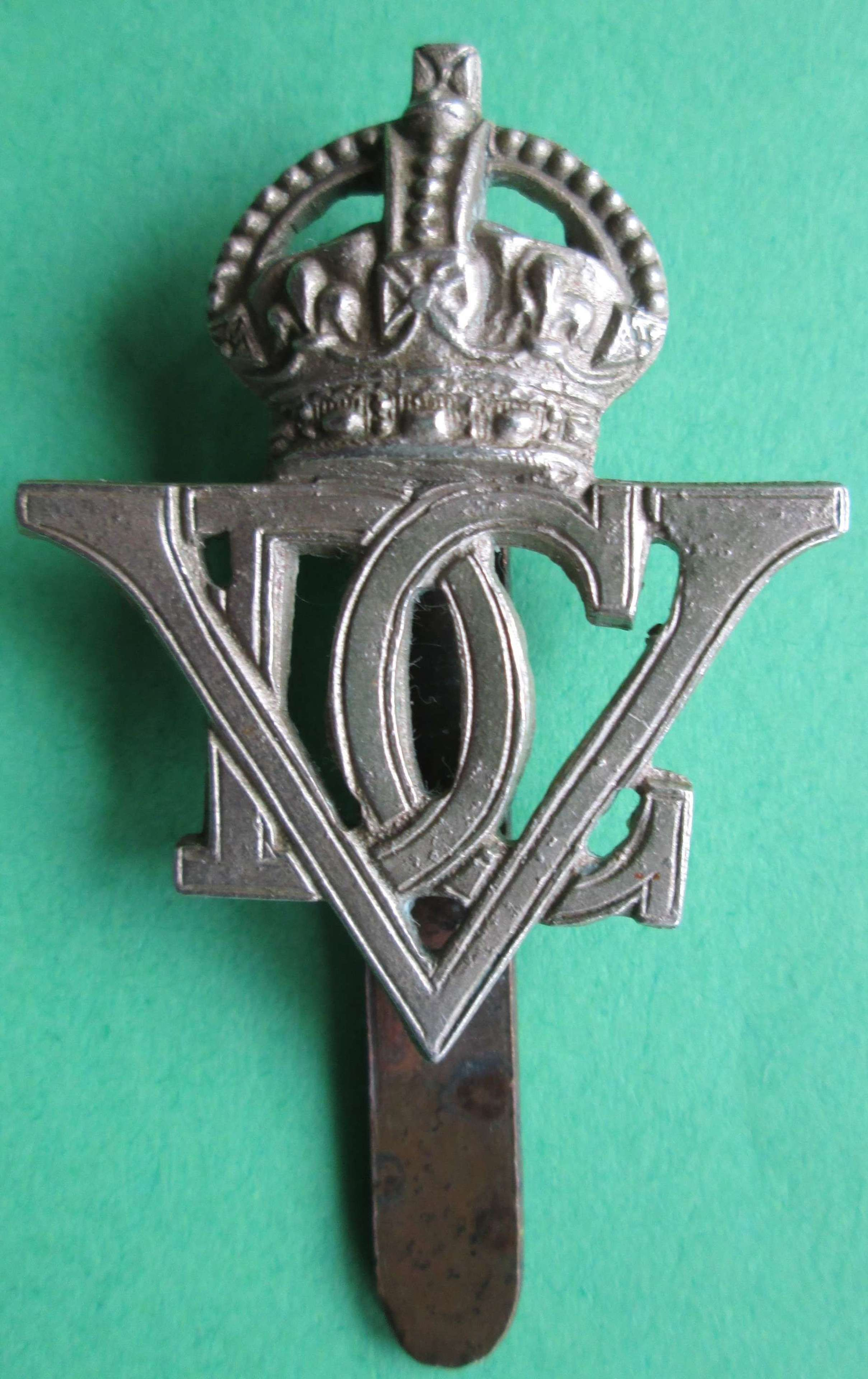 A WWII PERIOD 5TH DRAGOON GUARDS CAP BADGE