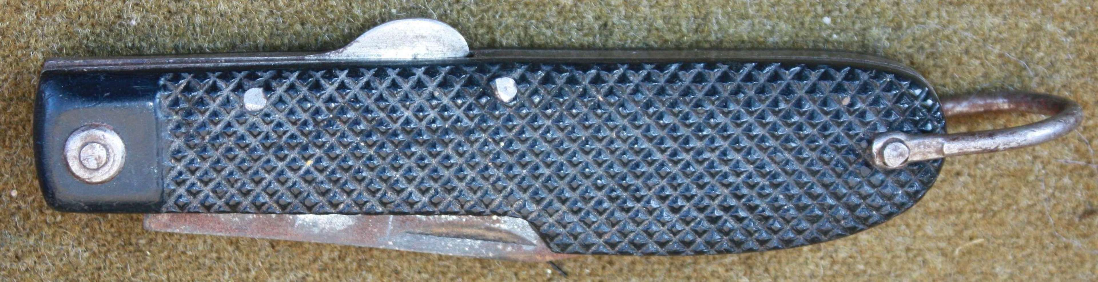 A WELL USED WWII SOE LOCK KNIFE