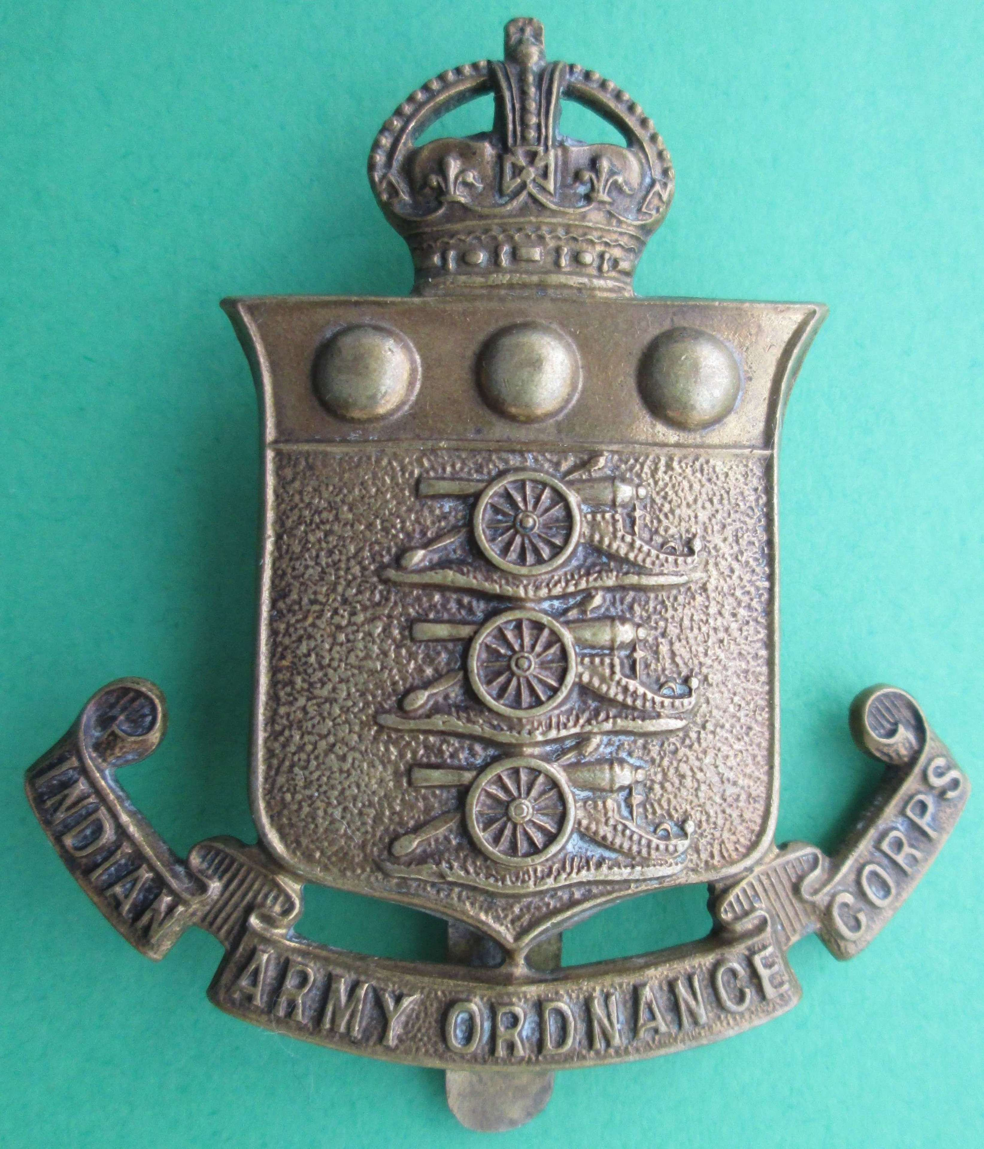 AN INDIAN ARMY ORDNANCE CORPS CAP BADGE