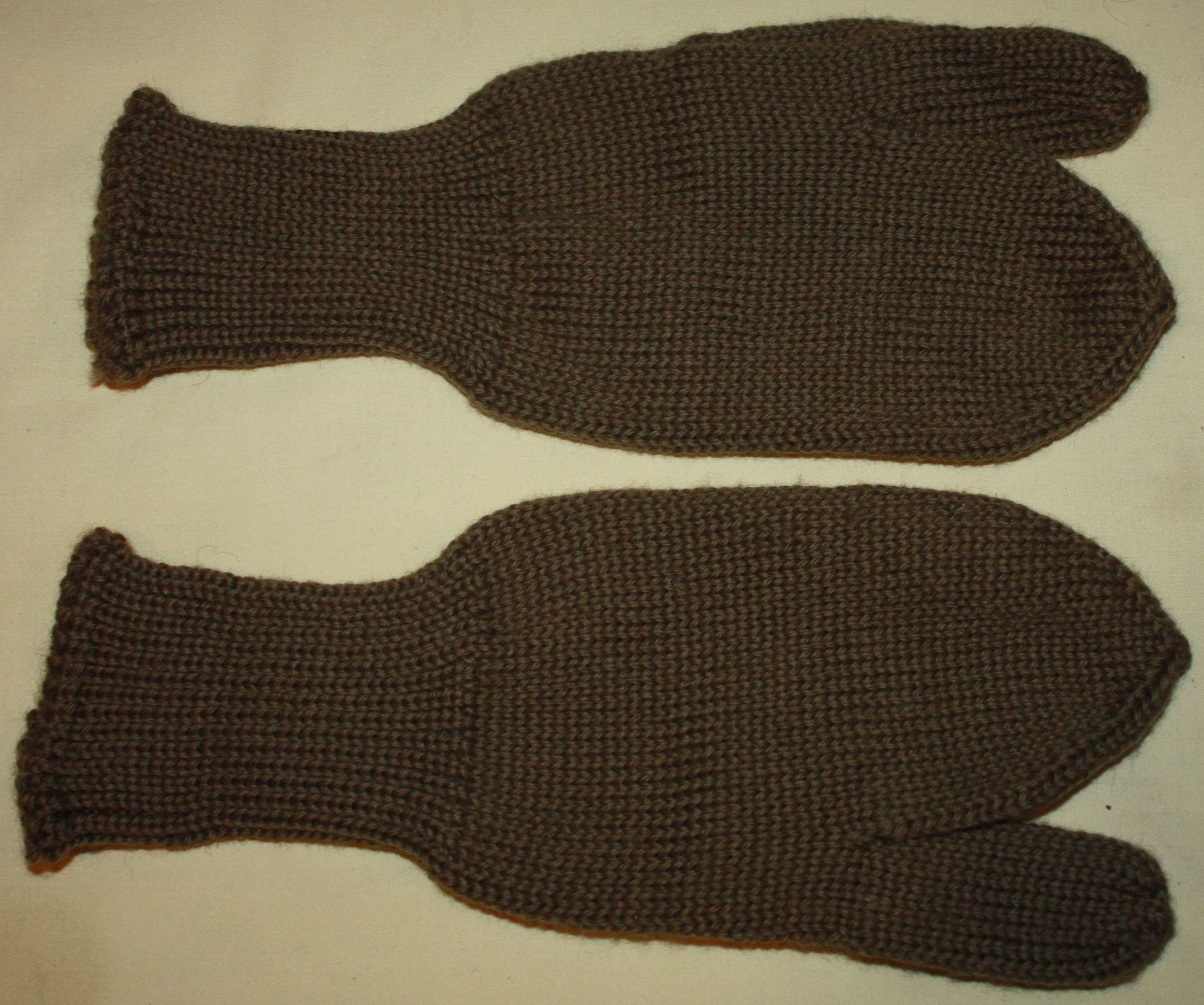A PAIR OF WWII PERIOD WOOL MITTERNS