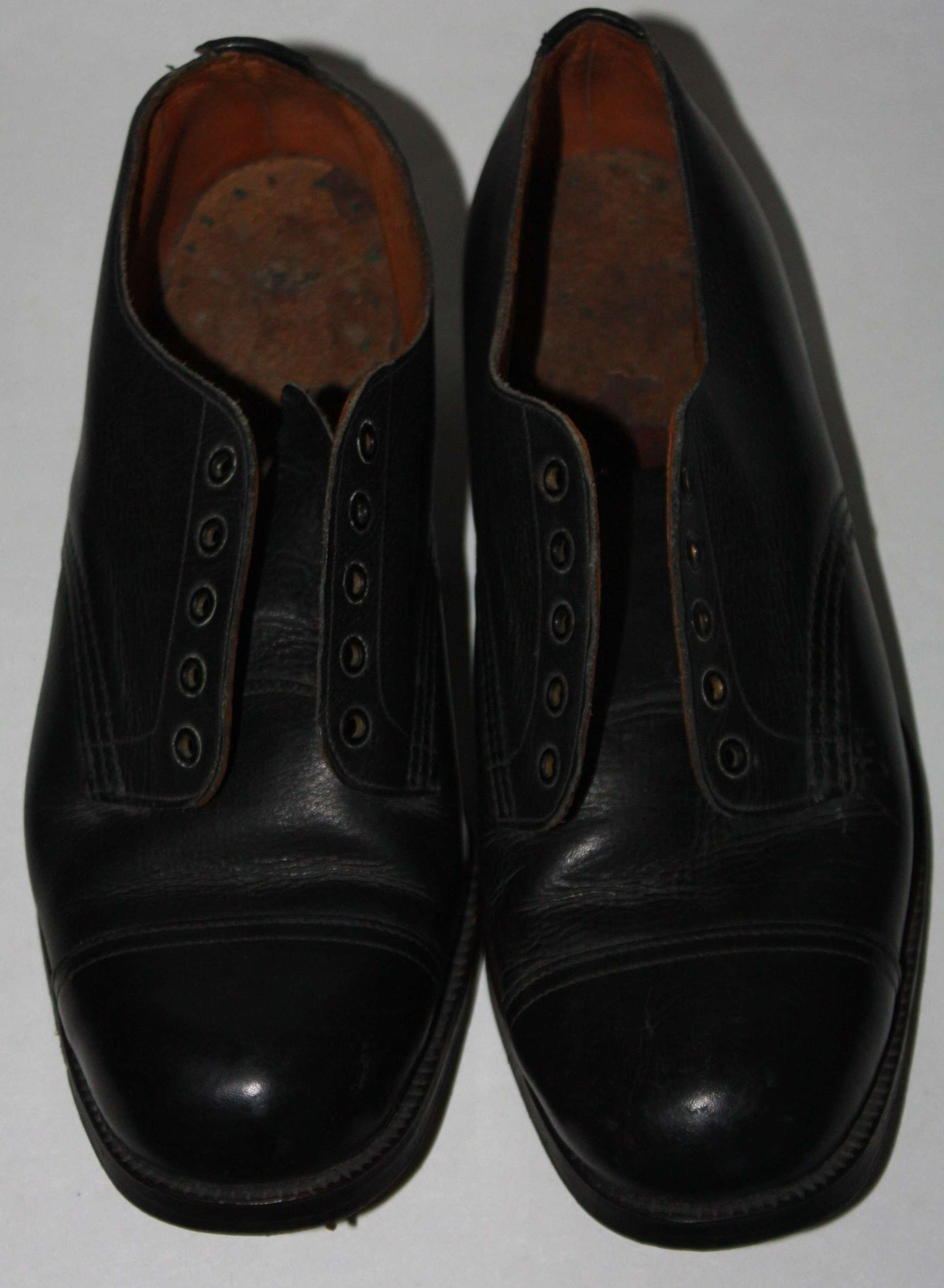 A PAIR OF SIZE 5 CC41 MARKED LADIES BLACK TOE CAPED SHOES