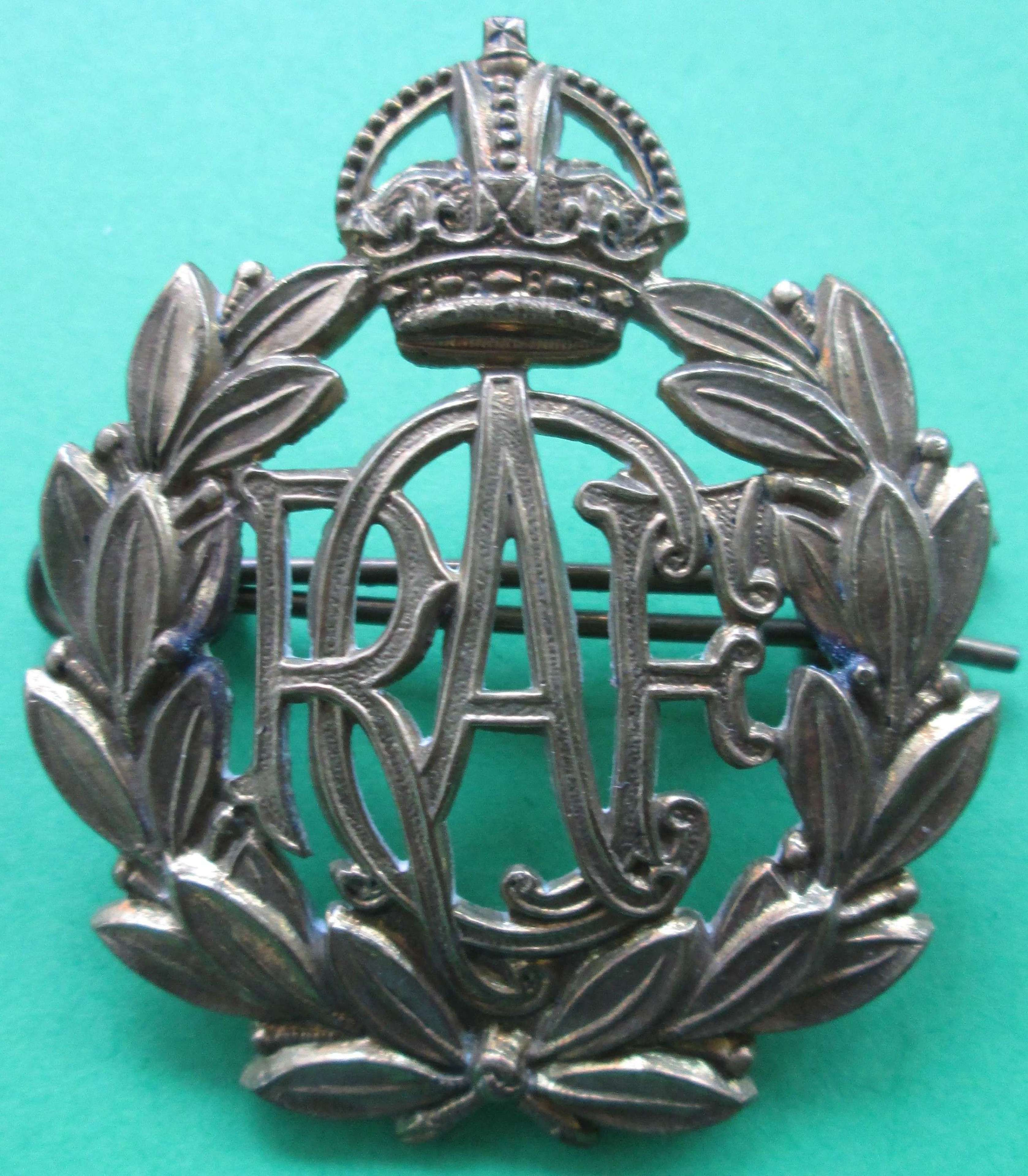 A PRE 1952 ROYAL CANADIAN AIR FORCE CAP BADGE